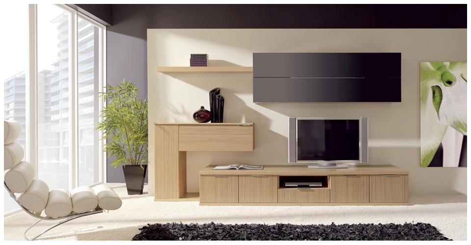 Minimalistyczny salon z prostymi drewnianymi meblami