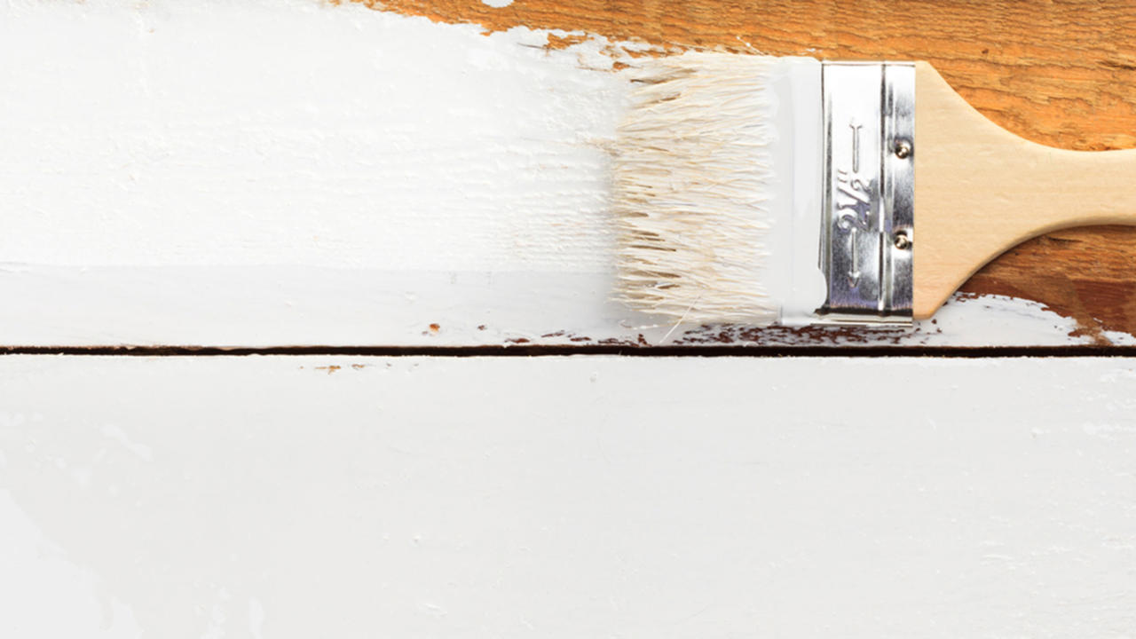 Malowanie drewnianej podłogi pędzlem
