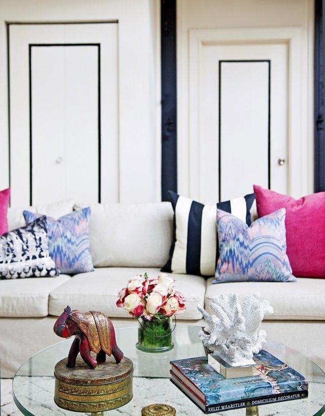 Pokój urządzony w jasnych kolorach z mocnymi akcentami w postaci różowych i granatowych wzorów