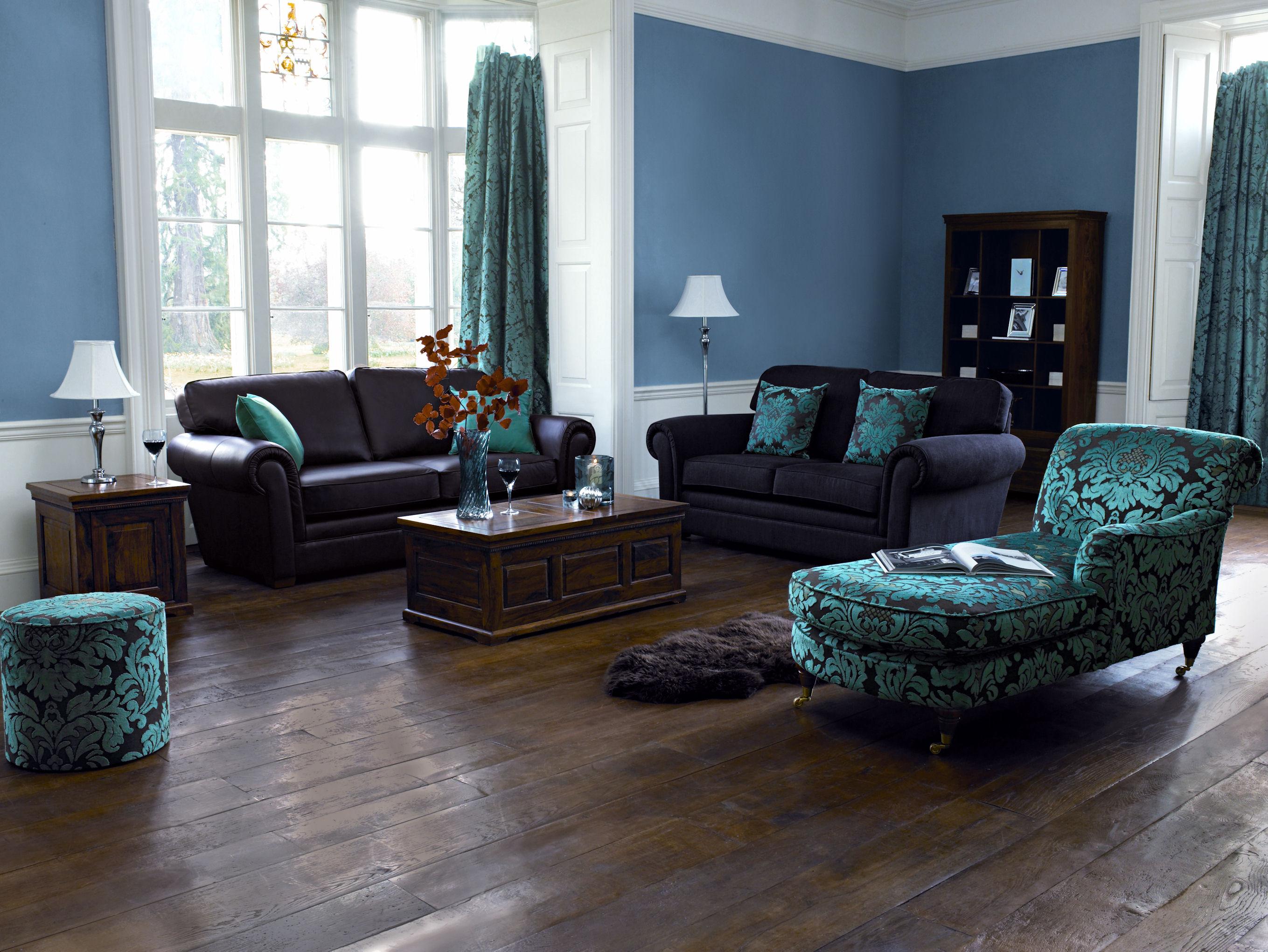 Aranżącja ciemnej podłogi z odcieniami niebieskiego i białego