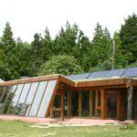 Dom zbudowany ze śmieci, czyli earthship – jest już w Polsce!