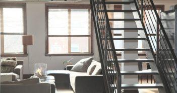 Salon w małym mieszkaniu z antresolą