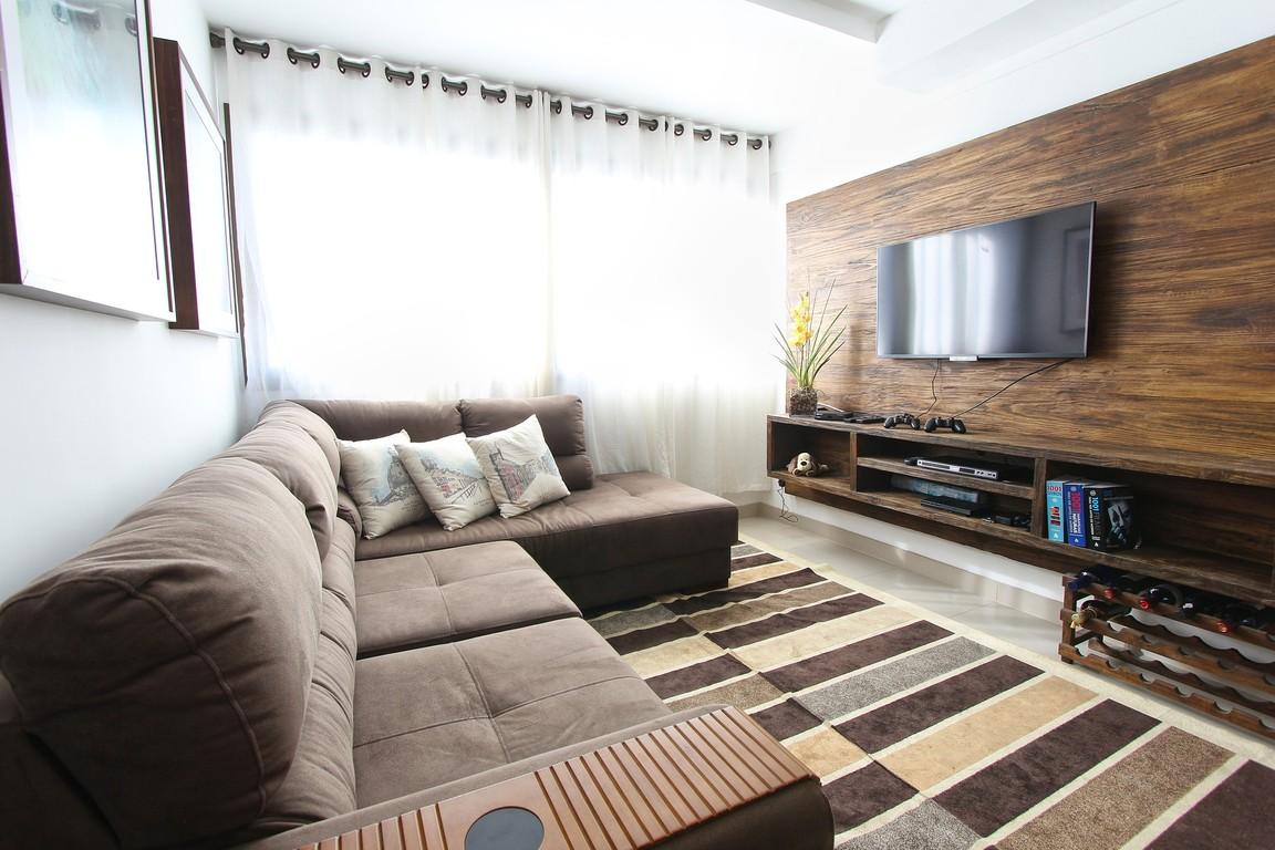 Mały salon z telewizorem na ścianie