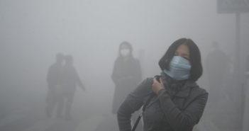 Ludzie w maskach na ulicy