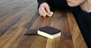 Kobieta impregnująca drewniany stół