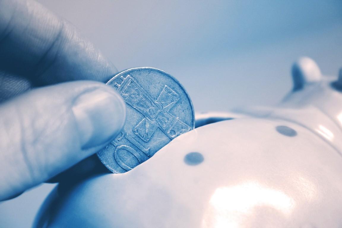 Wrzucanie oszczędności do skarbonki