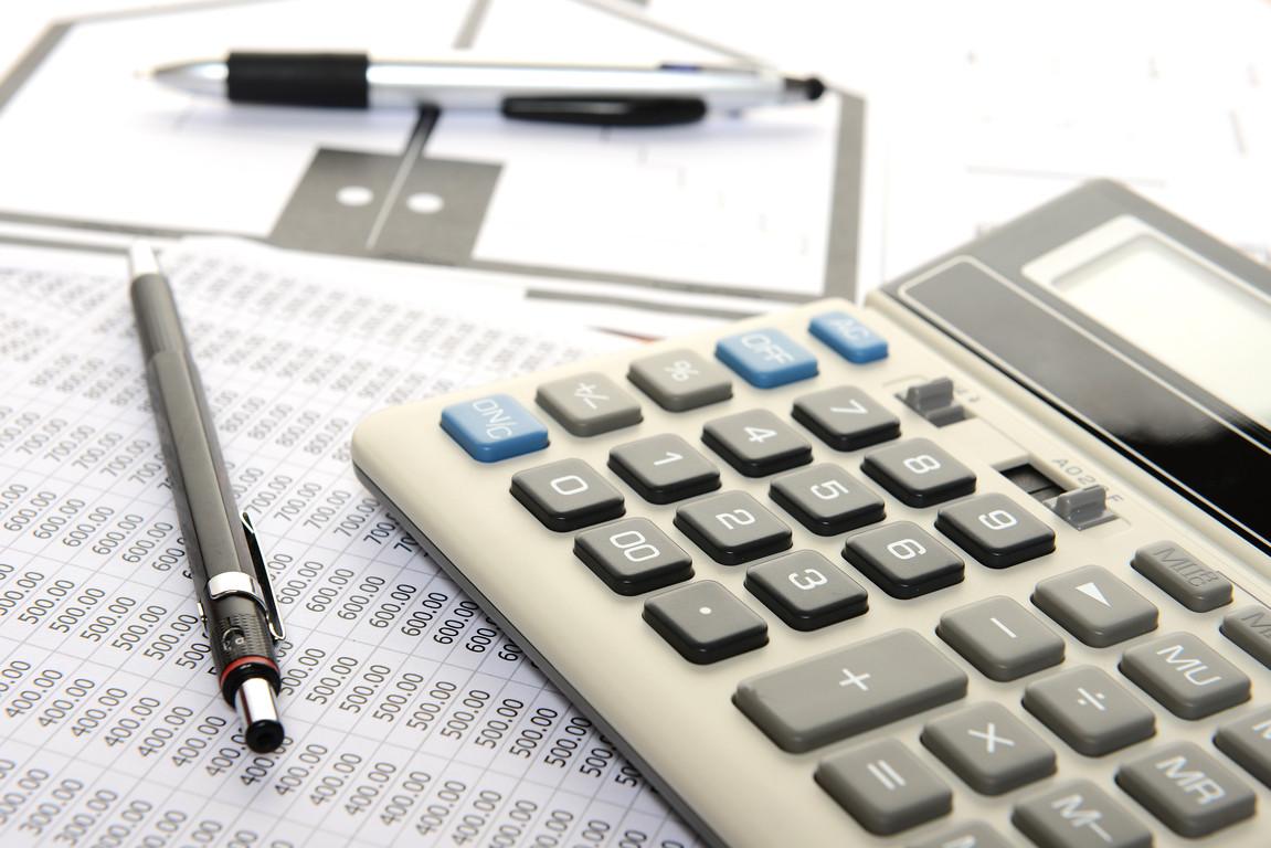 Kalkulator i notatnik z obliczeniami