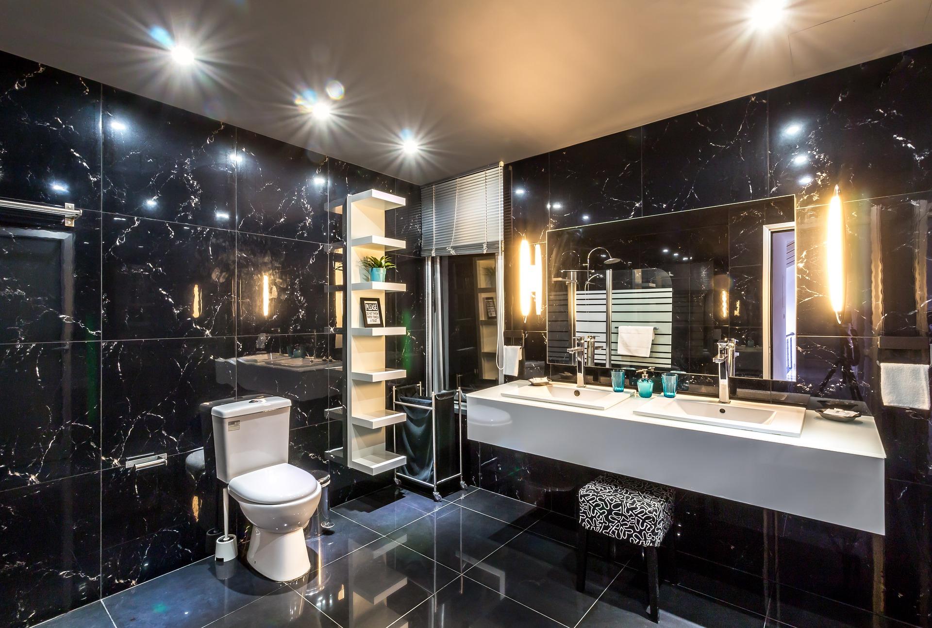 Elegancka łazienka w czerni, złocie i bieli