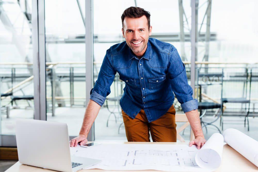 Architekt z planami domów