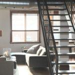 Przestronnie w bloku – jak optycznie powiększyć swój salon?