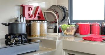 Mała kuchnia - aranżacja z jasnymi meblami i kolorowymi dodatkami