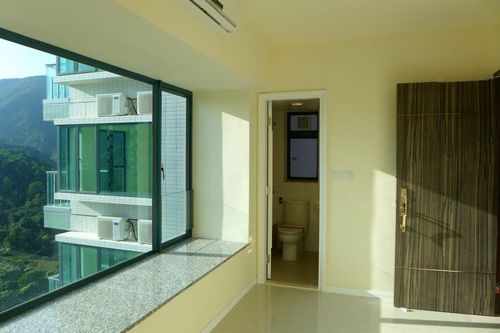 Kawalerka to mieszkanie, w którym jeden pokój pełni rolę salonu, biura, jadalni i sypialni.